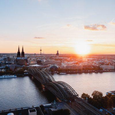 Blick über die Köln mit der Rheinbrücke und dem Dom bei Sonnenuntergang