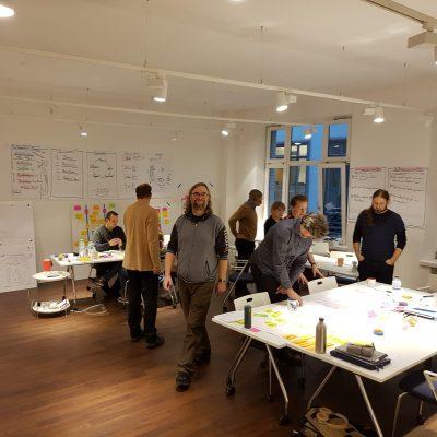Teilnehmer des Certified Scrum Master Kurses in der Gruppenarbeit