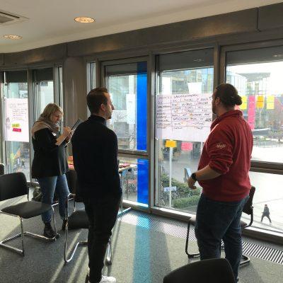 Dominique Winter diskutiert mit Teilnehmern des User Experience Kurses
