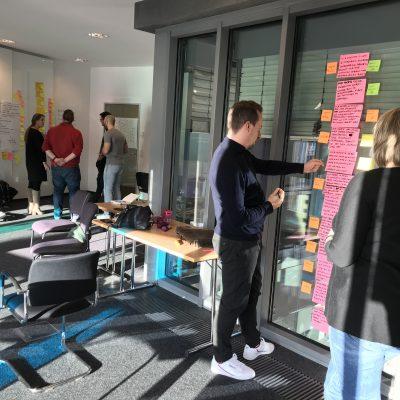 Zwei Gruppen arbeiten an ihrem Produkt im UX für Product Owner Seminar